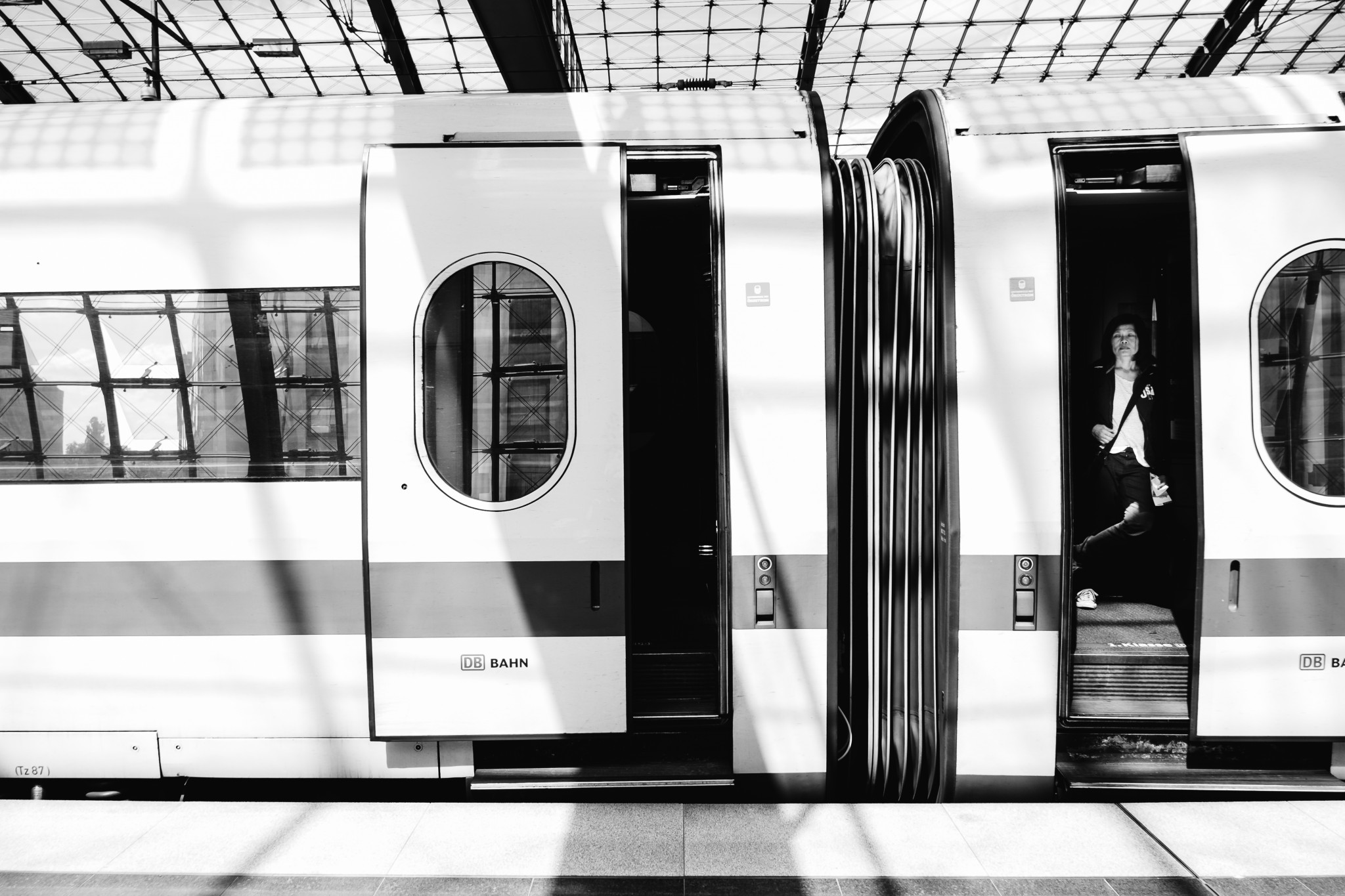 Streetphotography, Berlin Hauptbahnhof in Schwarz-Weiß