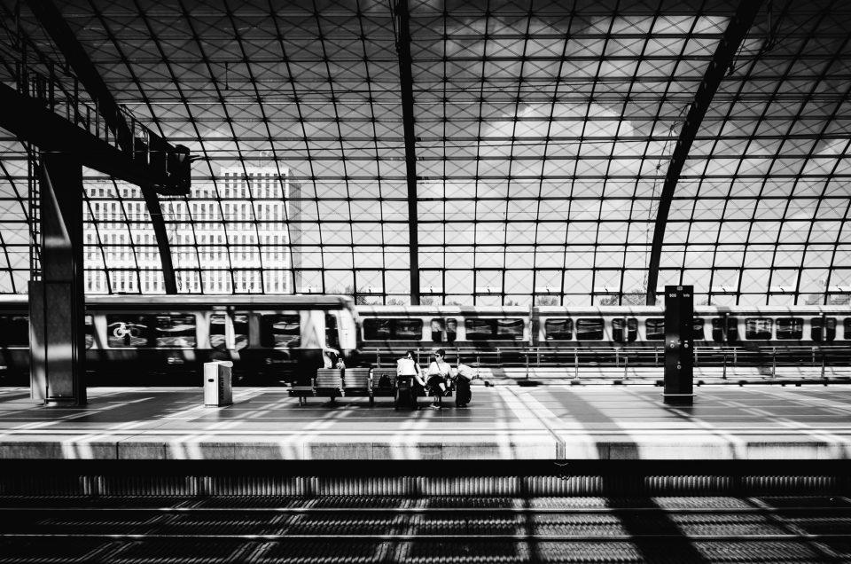 Schwarz-Weiß-Sicht im Berliner Hauptbahnhof