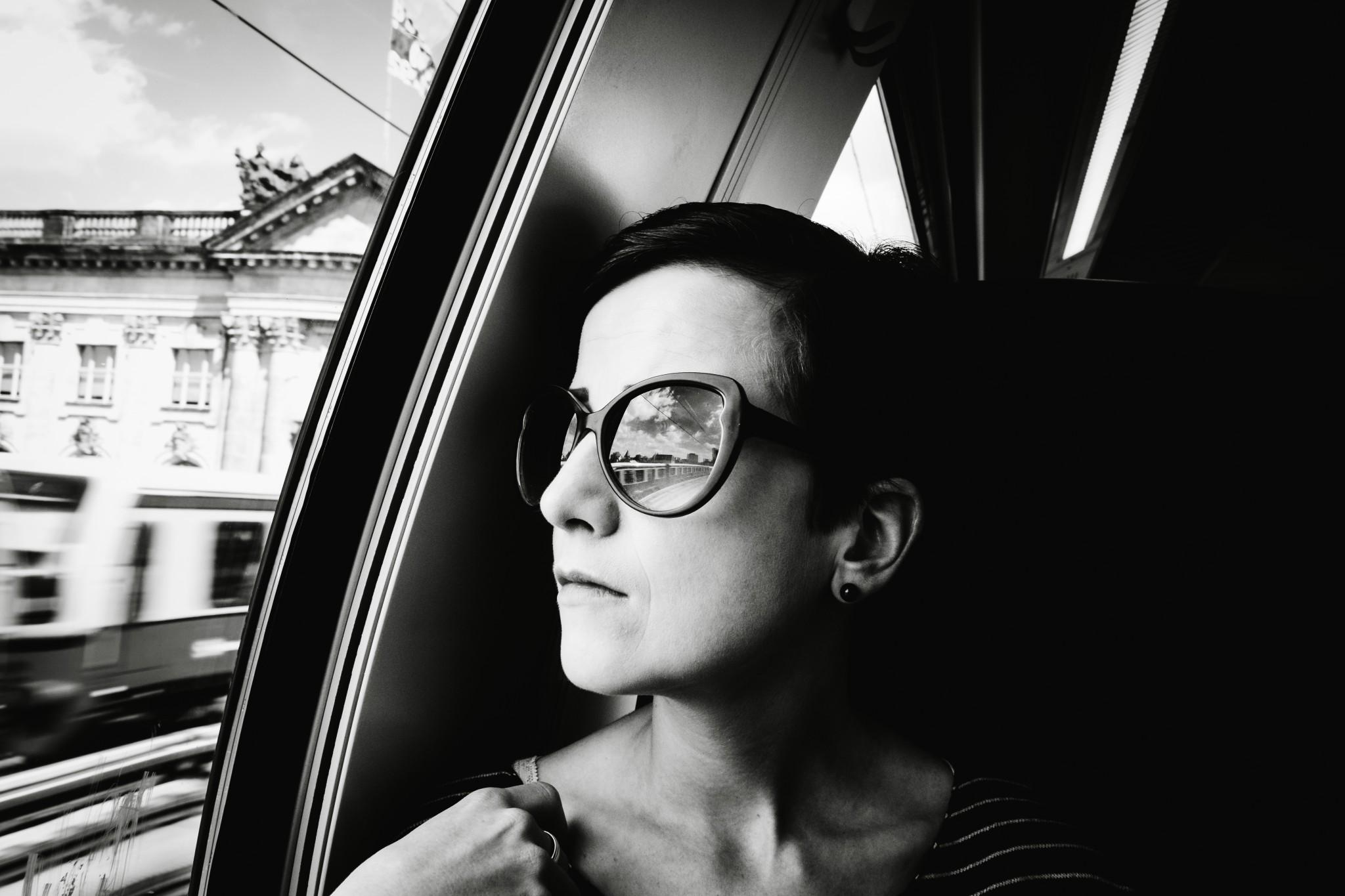 Schwarz-Weiß-Portrait im Zug von einer Frau
