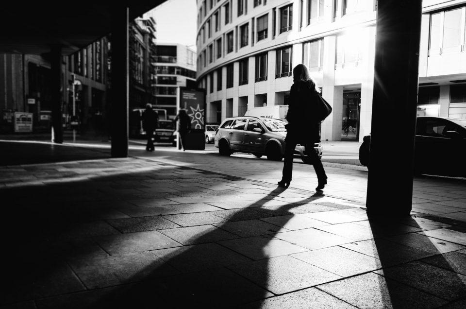Lange Schatten in Schwarz und Weiß getunkt